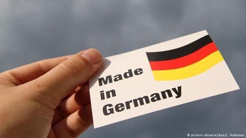 کشور آلمان در سال ۲۰۱۷ بالغ بر یک هزار و ۲۷۹ میلیارد یورو صادرات و تقریبا یک هزار و ۳۴ میلیارد یورو واردات داشته است. بدین ترتیب آلمان در این سال با ۲۴۵ میلیارد یورو تراز مثبت تجاری، قهرمان صادرات جهان شد. بعد از آلمان، چین با ۱۹۰ میلیارد یورو و ژاپن با ۱۷۰ میلیارد یورو در رتبههای بعدی قرار گرفتند.