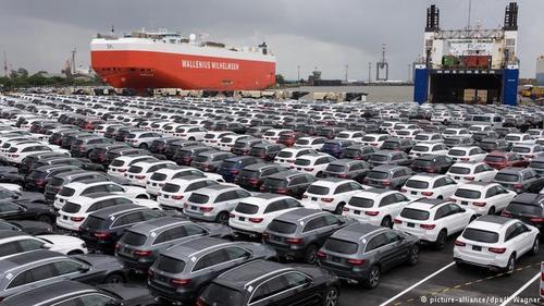 بر اساس گزارش مرکز فدرال آمار آلمان، این کشور در سال ۲۰۱۷ بالغ بر ۲۳۴ میلیارد و ۴۰۰ میلیون یورو خودرو و قطعات خودرو صادر کرده است. این بخش از صنایع آلمان مازاد صادرات در مقابل وارداتی بالغ بر ۱۱۹ میلیارد یورو داشتهاند.