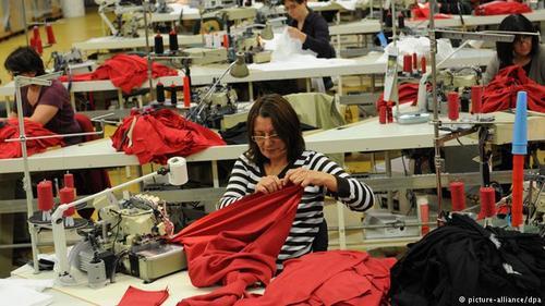 صنایع تولید لباس و منسوجات آلمانی در سال ۲۰۱۷ موفق به صادرات اجناسی به ارزش ۱۸ میلیارد و ۲۳۰ میلیون یورو شدهاند. ۱۳۰۰ کارخانه و کارگاه در این عرصه فعال هستند که در بیش از نیمی از آنها کمتر از ۱۰۰ نفر شاغل هستند. ۲۸ میلیارد یورو فروش این شاخه از تولید است.