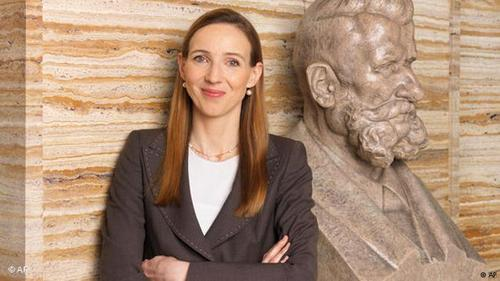 سیمونه باژل (Simone Bagel) دکترای بیولوژی دارد. او شرکت تحقیقاتی خود را در شهر بن راه اندازی کرد تا اینکه چند سال پیش داییاش که از نسل چهارم هنکلها بود و ریاست کنسرن هنکل را برعهده داشت درگذشت. در نشست خانوادگی که هنوز هم اکثریت سهام شرکت را دراختیار دارد، سیمونه باژل به عنوان اولین زن در آلمان به سمت رئیس هیئت نظارت بر کار هیئت مدیره برگزیده شد. او بعنوان مدیر برتر سال ۲۰۱۶ نیز انتخاب شده است.