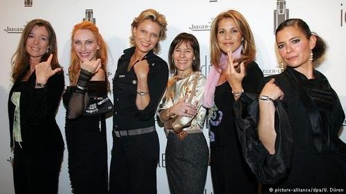 کیم اوا ومپه (Kim-Eva Wempe نفر سوم از سمت راست) از نسل چهارم خانواده ومپه اهل هامبورگ اکنون مدیریت ۳۳ فروشگاه ساعت و جواهر آلات زینتی لوکس را برعهده دارد. او یک کارخانه ساعت سازی در شهر گلاسهوته که به پایتخت ساعتسازی آلمان مشهور است ساخته است. این کارفرمای برتر سال آلمان همچنین خط تولید جواهر آلات با نام