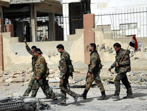 سربازان ارتش سوریه در شهر تازه آزاد شده