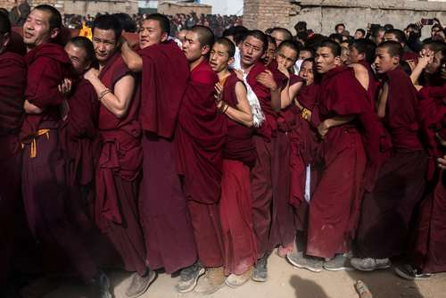 صف راهبان بودایی در جریان یک جشنواره آیینی در صومعه ای در تبت چین