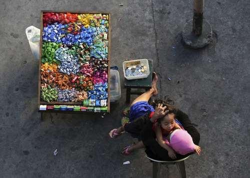 زن دستفروش و بساطش در شهر مانیل فیلیپین/عکس:آسوشیتدپرس