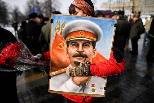 اعضاء و هواداران حزب کمونیست روسیه در مراسم شصت و پنجمین سالمرگ جوزف استالین دیکتاتور سابق اتحاد جماهیر شوروی سابق در میدلان سرخ مسکو گردهم آمدند/عکس: خبرگزاری فرانسه