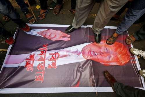 تظاهرات هندیهای معترض به سیاست آمریکا در مقابل کنسولگری آمریکا در شهر کلکته در اعتراض به بمباران غیرنظامیان در سوریه/عکس: رویترز