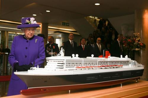 ملکه بریتانیا در حال تماشای ماکت کشتی بزرگ