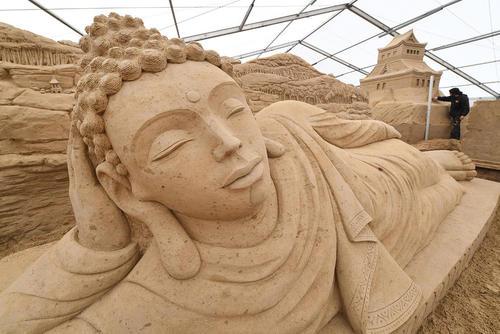 درست کردن مجسمه شنی بودا برای جشنوارهای در آلمان