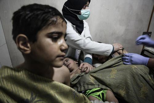 مداوای کودکان سوری آسیب دیده از حملات شیمیایی در بیمارستانی در غوطه شرقی دمشق /عکس: DPA