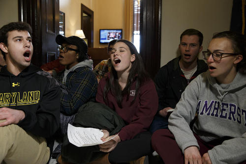 بست نشستن دانشآموزان آمریکایی مدافع محدود کردن قوانین حمل اسلحه در مقابل دفتر کار