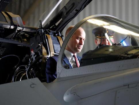 نشستن شاهزاده ویلیام -نوه ملکه بریتانیا- درون یک جنگنده