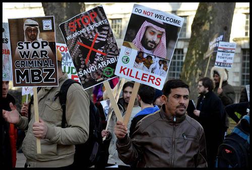 تظاهرات مخالفان سیاستهای دولت سعودی در مقابل مقر نخست وزیری بریتانیا در خیابان