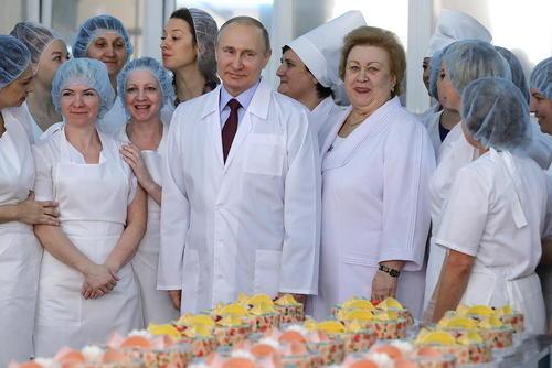 بازدید رییس جمهوری روسیه از یک کارخانه غذای آماده، نان و شیرینیپزی در شهر سامارا روسیه/عکس: ایتارتاس