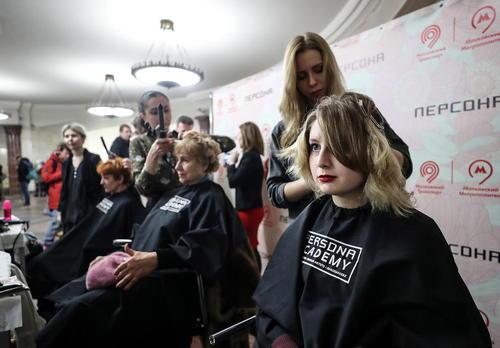 آرایش مجانی زنان در ایستگاه مترو