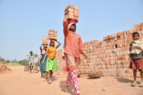 کارگران زن یک کارگاه تولیدی آجر در