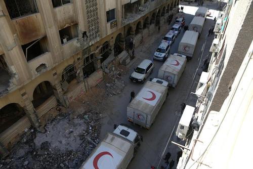 توزیع محمولههای کمکی در محلههای جنگزده شهر دوما سوریه/عکس:شامر بویدانی؛ DPA