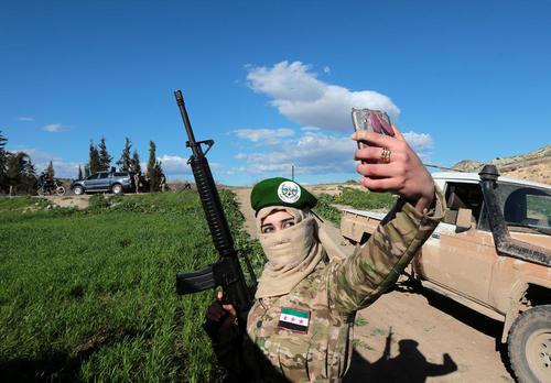 سلفی گرفتن یک نظامی زن عضو گروه نظامی موسوم به