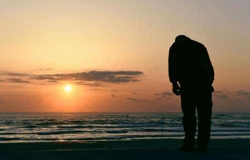 تعظیم یک مرد ژاپنی به دریا برای گرامیداشت یاد قربانیان فاجعه سونامی سال 2011 در این کشور- ایواکی ژاپن / عکس: رویترز