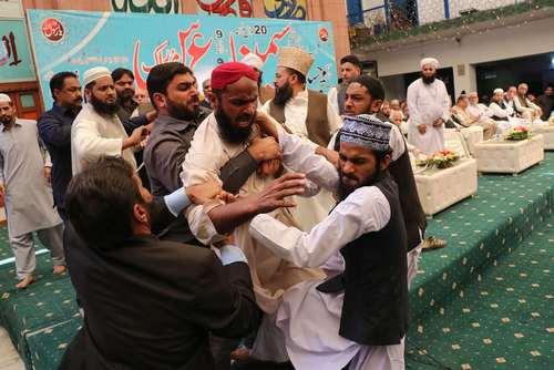 دستگیری یک دانشجوی معترض پس از پرتاب لنگه کفش به سمت نوازشریف نخست وزیر سابق پاکستان در جریان یک گردهمایی در شهر لاهور / عکس: خبرگزاری فرانسه