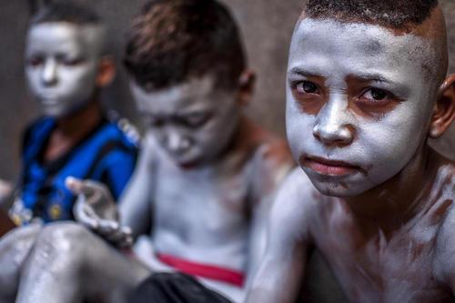 کودکانی که بدن خود را رنگ کردهاند در حال گدایی در مقابل فروشگاهی در شهر سائوپائولو برزیل
