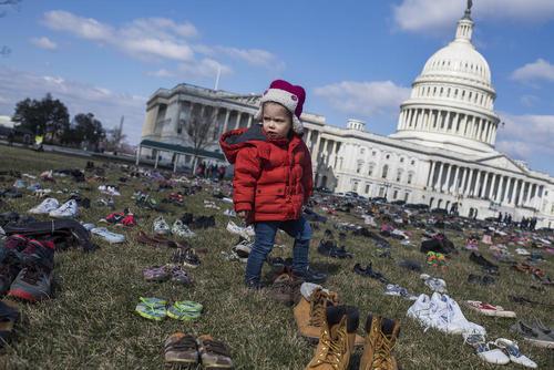 فعالان مخالف قانون حمل آزاد اسلحه در آمریکا به نشانه 7 هزار کشته کودک و نوجوان تیراندازیها در مدارس آمریکا در 6 سال گذشته 7 هزار کفش مقابل ساختمان کنگره چیده اند.