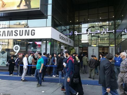 مراسم فرش آبی برای خریداران گلکسی S9 و S9+ در مجتمع چارسو تهران