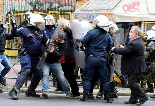 درگیری پلیس ضد شورش یونان با معترضان به سیاستهای ریاضت اقتصادی دولت در مرکز آتن