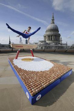 نمایش ژیمناستکار المپیکی انگلیس روی صفحهای از تخم مرغ در آستانه بازیهای ورزشی کشورهای مشترک المنافع بریتانیا در استرالیا- لندن