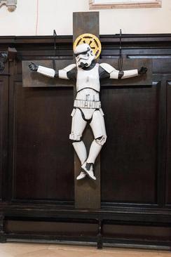 اثر هنری  یک هنرمند بریتانیایی در مصلوب کردن یکی از شخصیتهای فیلم جنگ ستارگان در کلیسای سنت استفان در لندن