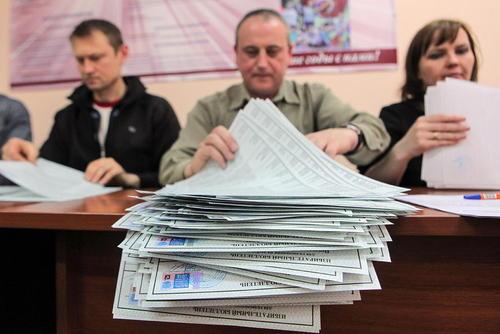 آمادهسازی برگههای آرای انتخابات ریاست جمهوری روسیه در حوزه رای گیری در دانشگاه دولتی شهر