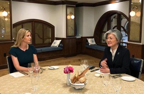 دیدار وزیر امور خارجه کره جنوبی با ایوانکا ترامپ دختر و مشاور دونالد ترامپ در واشنگتن. موضوع دیدار مذاکرات مستقیم در پیش روی رهبران آمریکا و کره شمالی است/عکس: خبرگزاری یونهاپ