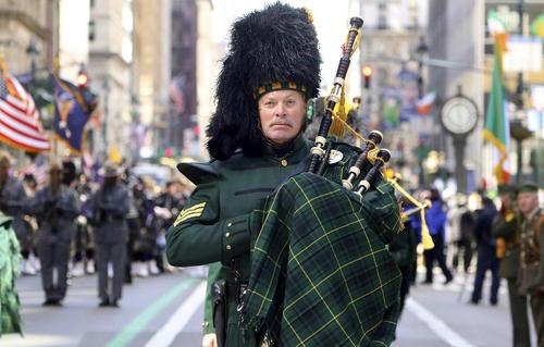 رژه روز سنپاتریک در شهر نیویورک. سن پاتریک یک جشنواره مذهبی و فرهنگی ایرلندی است که همه ساله در 17 مارس در ایالات متحده آمریکا و بریتانیا برگزار می شود.