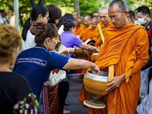 راهبان در حال جمعآوری نذورات مردمی- بانکوک تایلند