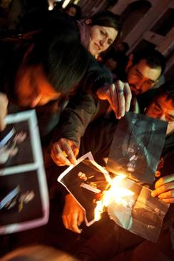 استقلالطلبان کاتالونیا اسپانیا در حال سوزاندن تصویر پادشاه اسپانیا به تاسی از حکم دادگاه حقوق بشر اتحادیه اروپا درباره سوزاندن تصویر پادشاهان به عنوان نشانه آزادی بیان- شهر گیرونا در منطقه کاتالونیا اسپانیا