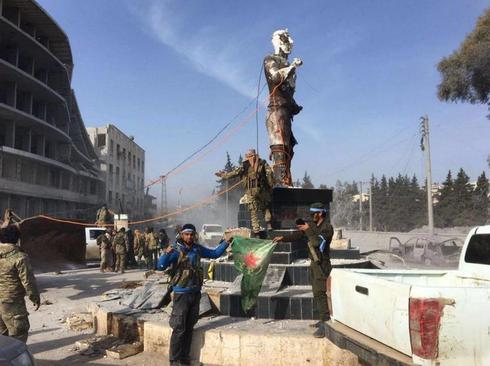 ورود نیروهای ارتش ترکیه به شهر عفرین و پایین کشیدن مجسمه کاوه آهنگر