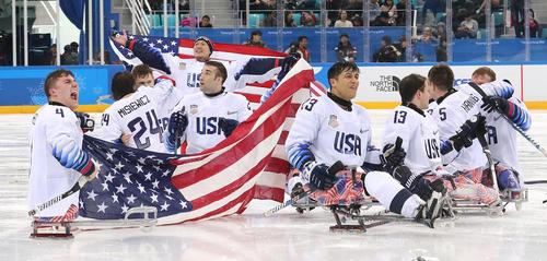 شادمانی تیم هاکی روی یخ آمریکا پس از شکست کانادا و قهرمانی در مسابقات پاراالمپیک زمستانی پیونگ چانگ کره جنوبی