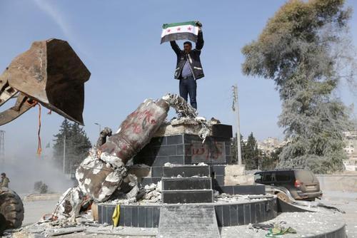 تخریب مجسمه کاوه آهنگر پس از ورود نیروهای ترکیه و ارتش آزاد سوریه به مرکز شهر عفرین سوریه/عکس: رویترز