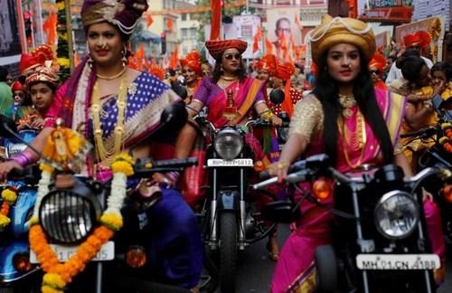موتورسواری زنان در جشنواره آیینی