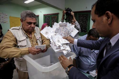 شمارش آرای انتخابات ریاست جمهوری مصر در واپسین ساعات سومین و آخرین روز رایگیری. نتایج اولیه حاکی است که عبدالفتاح السیسی رییس جمهوری کنونی مصر با کسب 90 درصد آرا در انتخابات پیروز شده است. / عکس:DPA