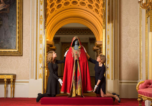 رونمایی از لباس ناپلئون بناپارت امپراتور اسبق فرانسه در زمان جنگ واترلو- 1815- در موزه کاخ باکینگهام لندن به مناسبت جشن هفتادمین سالگرد تولد