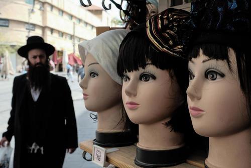 ویترین یک مغازه روسری و کلاه زنانه فروشی در شهر قدس