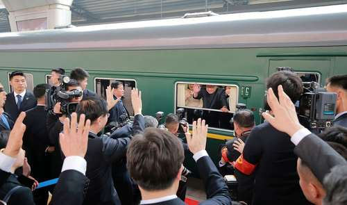 خداحافظی رهبر کره شمالی از ایستگاه قطار شهر پکن همزمان با نخستین سفر خارجی او به چین. این تصویر در روز دوشنبه – 3 روز پیش- گرفته شده است./ خبرگزاری فرانسه