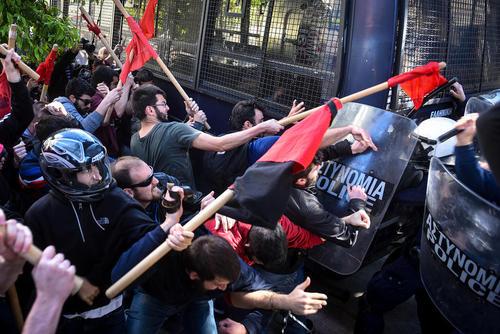 درگیری دانشجویان و معلمان یونانی معترض به اصلاح نظام آموزشی با پلیس ضد شورش در نزدیکی مقر نخست وزیری یونان در شهر آتن