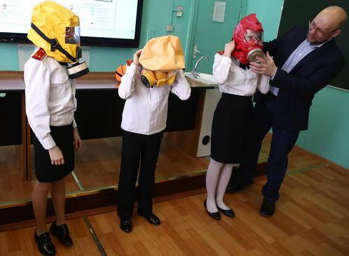 آموزش نحوه استفاده درست از ماسک ضد گاز در یک کلاس درس سلامتی و ایمنی در مسکو روسیه