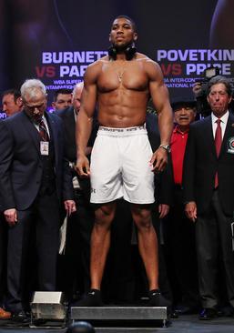 مراسم وزنکشی یک مسابقه بوکس دو قهرمان سنگین وزن جهان در کاردیف بریتانیا