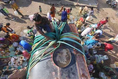 منطقه فقیرنشین در شهر بویال هندی آنها در حال برداشت آب شرب تمیز هستند - خبرگزاری فرانسه