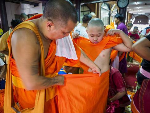 پوشیدن لباس مخصوص راهبان بودایی نوجوان-