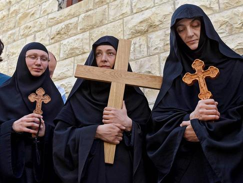 راهبههای ارتدوکس صرب در حال حمل صلیبهای چوبی در مراسم عید پاک مسیحیان ارتدوکس- جمعه نیک- در بخش قدیمی شهر قدس