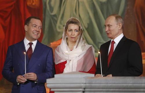پوتین، مدودف و همسر مدودف در مراسم عید پاک مسیحیان ارتدوکس در کلیسای جامع در مسکو/عکس: ایتارتاس
