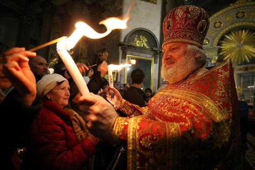 مراسم عید پاک مسیحیان ارتدوکس روسی در کلیسای جامع کازان در شهر سنت پترز بورگ روسیه